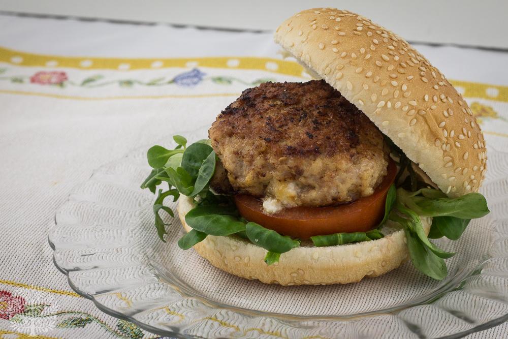Hamburguesa casera rellena de queso de cabra