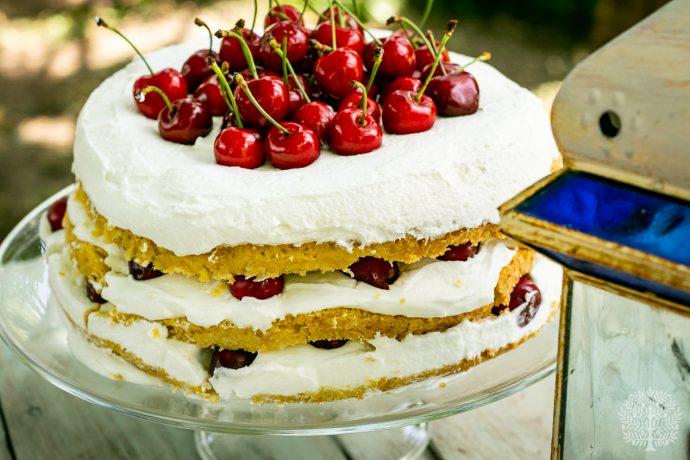 Tarta de nata y cerezas